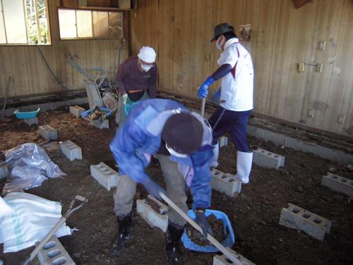 泥の掻き出し作業