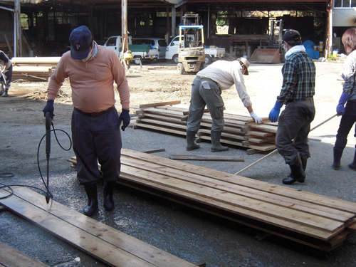 木材の洗浄作業